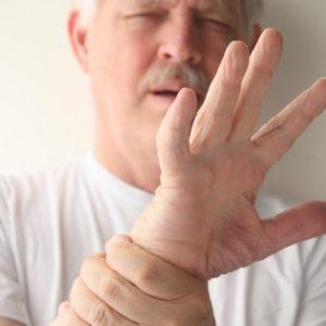 Что делать, если трясутся руки после алкоголя