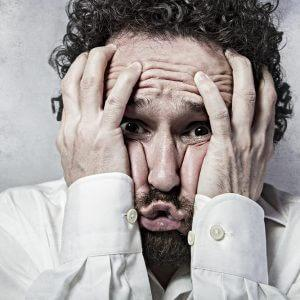 Признаки абстинентного синдрома: рвота и черный кал