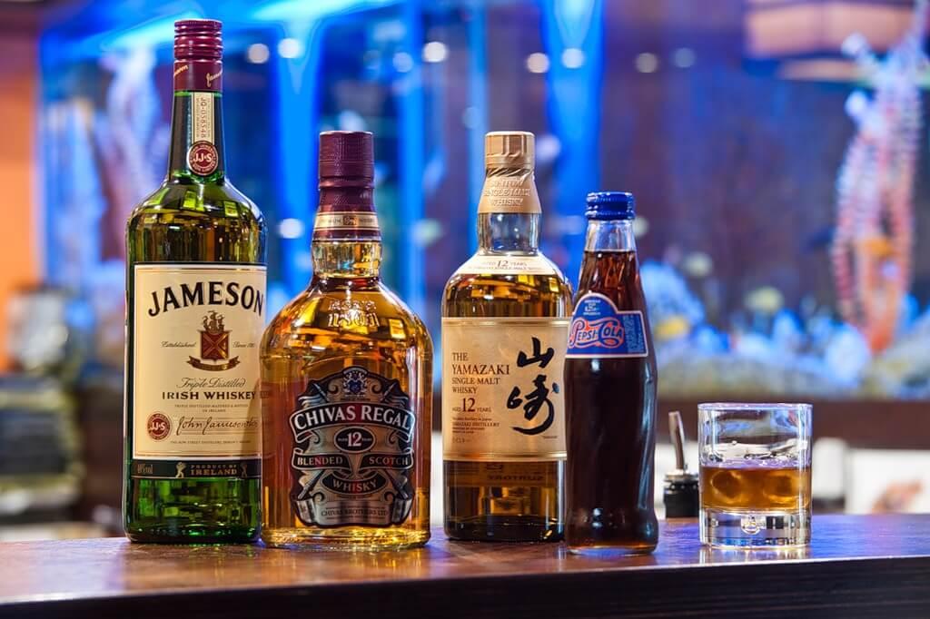 связи фото с бутылками алкоголя дизайнерским решением