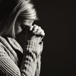 Женщина читает молитву